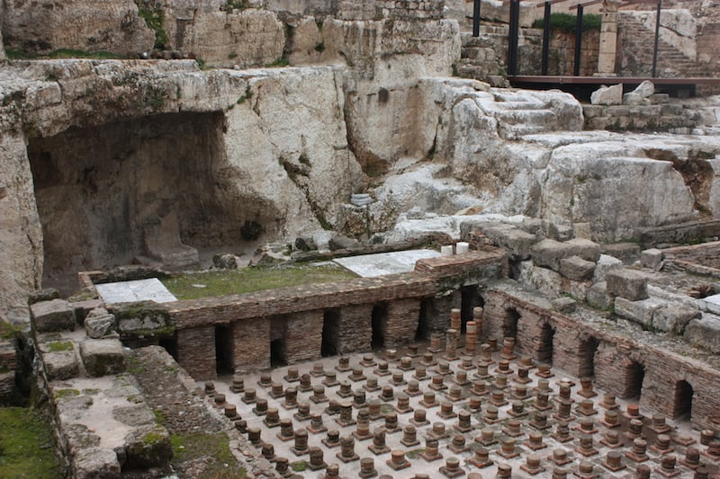 Midden in de stad oude Romeinse baden (c) Srsck