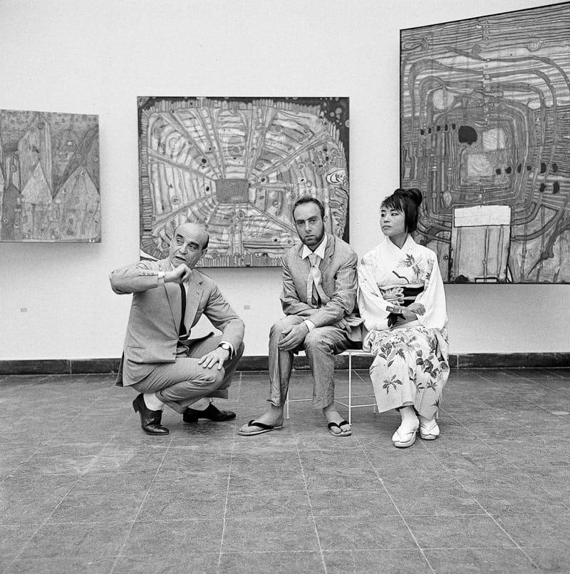 Hundertwasser (midden) met zijn 2e vrouw © Fondazione cassa di Risparmio di Modena – Archivio Arte Fondazione