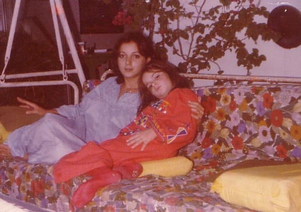 Mijn moeder en ik - toen ik nog klein was maar wel al grote voeten had