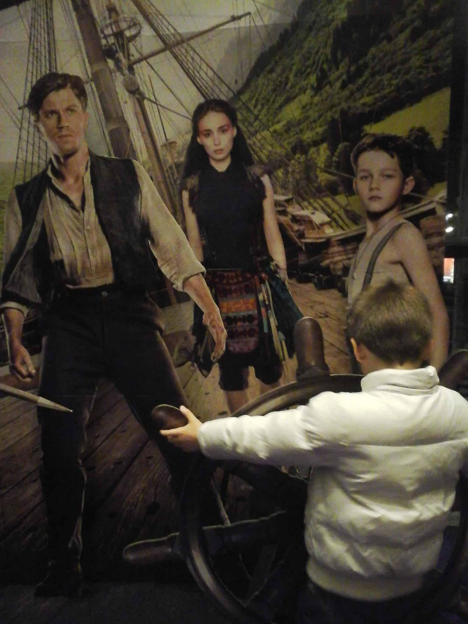 Mijn broertje bij de affiche van Pan