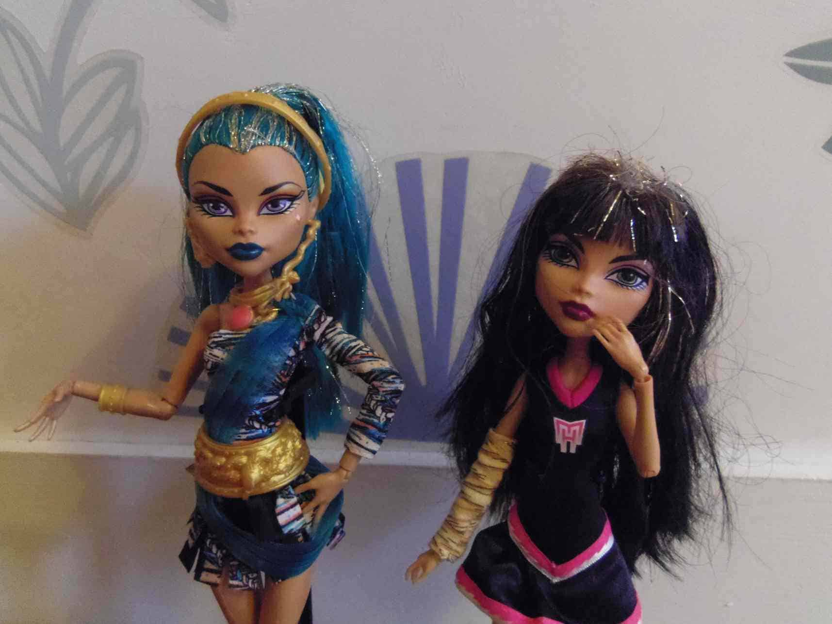 Sisters Cleo and Nefera (c) Srsck