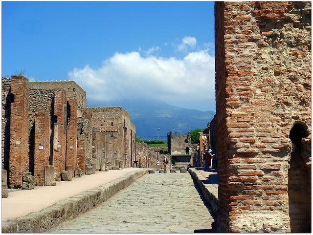 Pompei met de Vesuvius op de achtergrond (c) CameliaTWU, Flickr