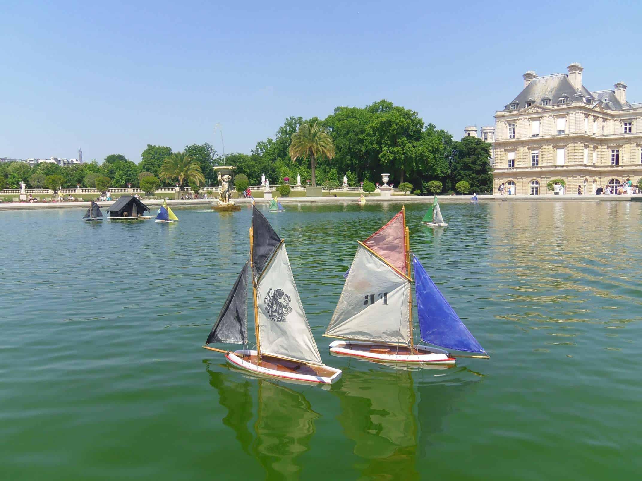 bootjes in het park in Parijs