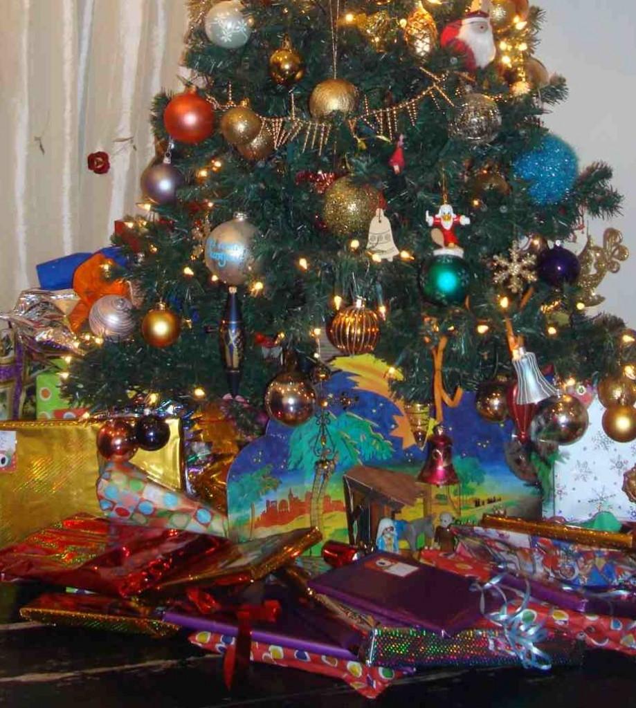 Veel cadeaus en dus cadeaupapier met kerst (c) Srsck