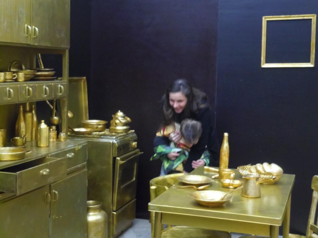 Met de kleine man in het museum