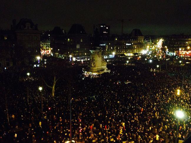 Place de la Republique in Parijs, vanavond - Solidariteit - Je suis Charlie (c) Q. Dangles via Le Monde
