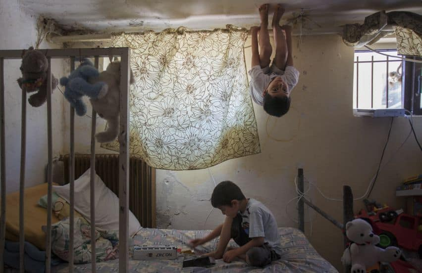 Deze twee kindjes wonen samen met hun moeder in het Griekse kamp Lavrion (c) UNHCR/Alfredo d'Amato