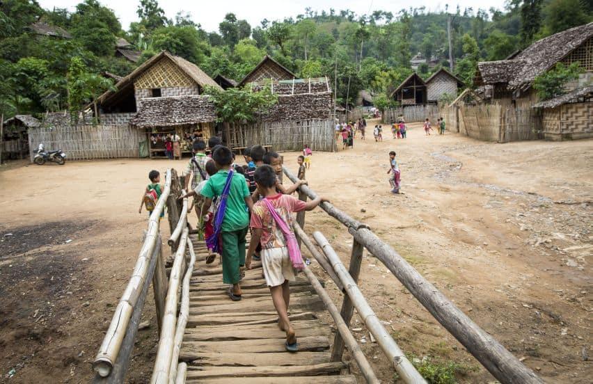 Vluchtelingen lopen naar school in een vluchtelingenkamp in Thailand (c) UNHCR/R. Arnold